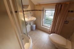 Zes douchekamers met douche, wastafel en toilet