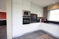 Keuken bestaande uit , 2 vaatwasmachines, glaskeramische kookplaat, oven, microgolfoven en twee grote koelkasten met een diepvriezer