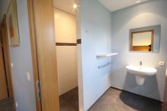 Eén van de acht ruime badkamers met wastafel en inloopdouche
