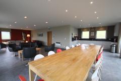 Eetruimte met lange tafel voor 16 personen
